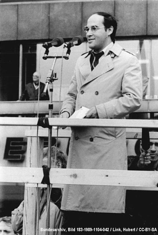 Hoyerswerda 1991: Bundestagsdebatte. Heute: Dr. Gregor Gysi (PDS/Linke Liste)  - Bildquelle:  Bundesarchiv, Bild 183-1989-1104-042 / Link, Hubert / CC-BY-SA